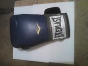 Перчатка боксерская правая.